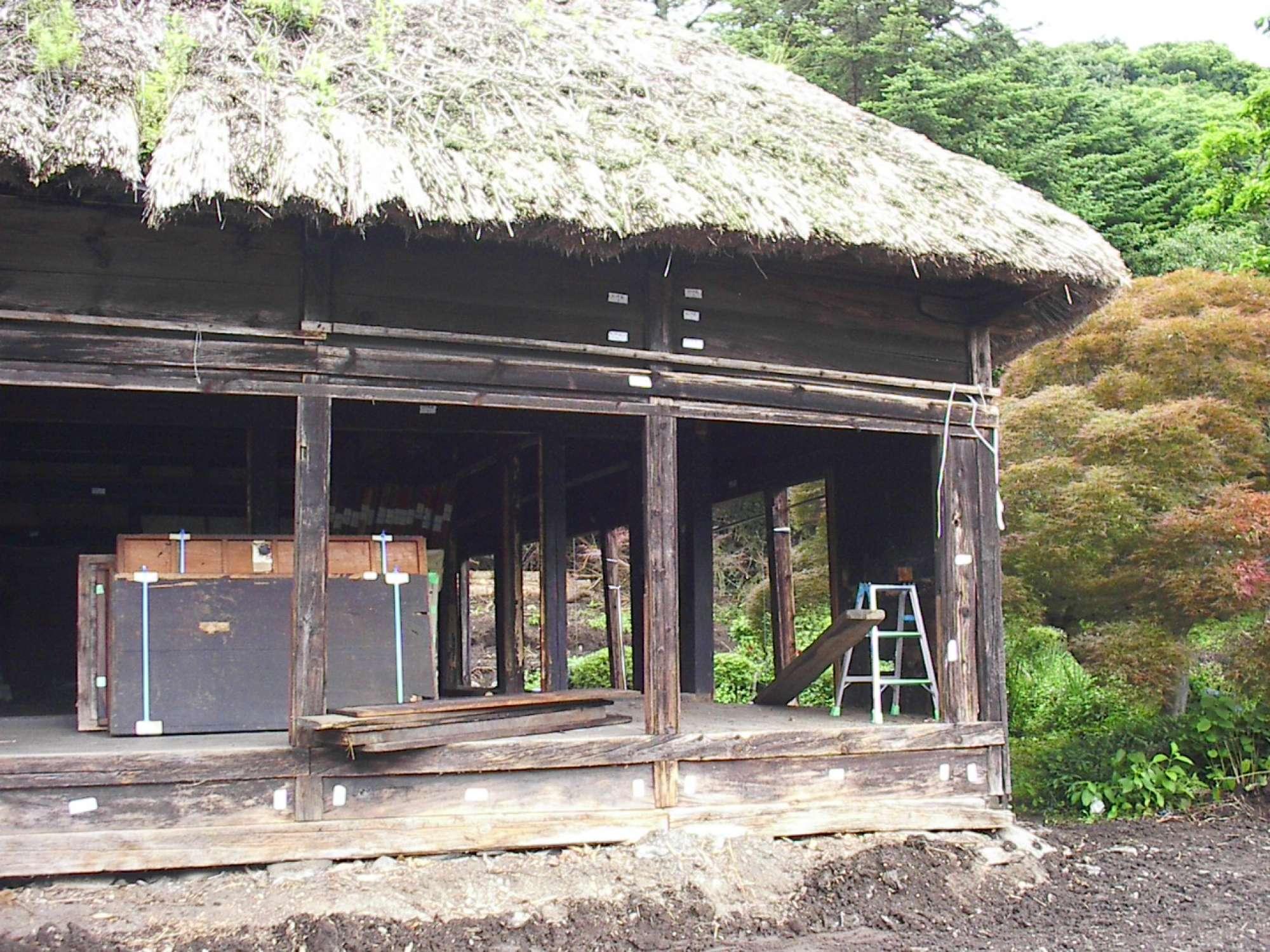 - 当時でいう豪邸でしょうか、広さも、茅葺の大屋根もすさまじい迫力です。 -  -