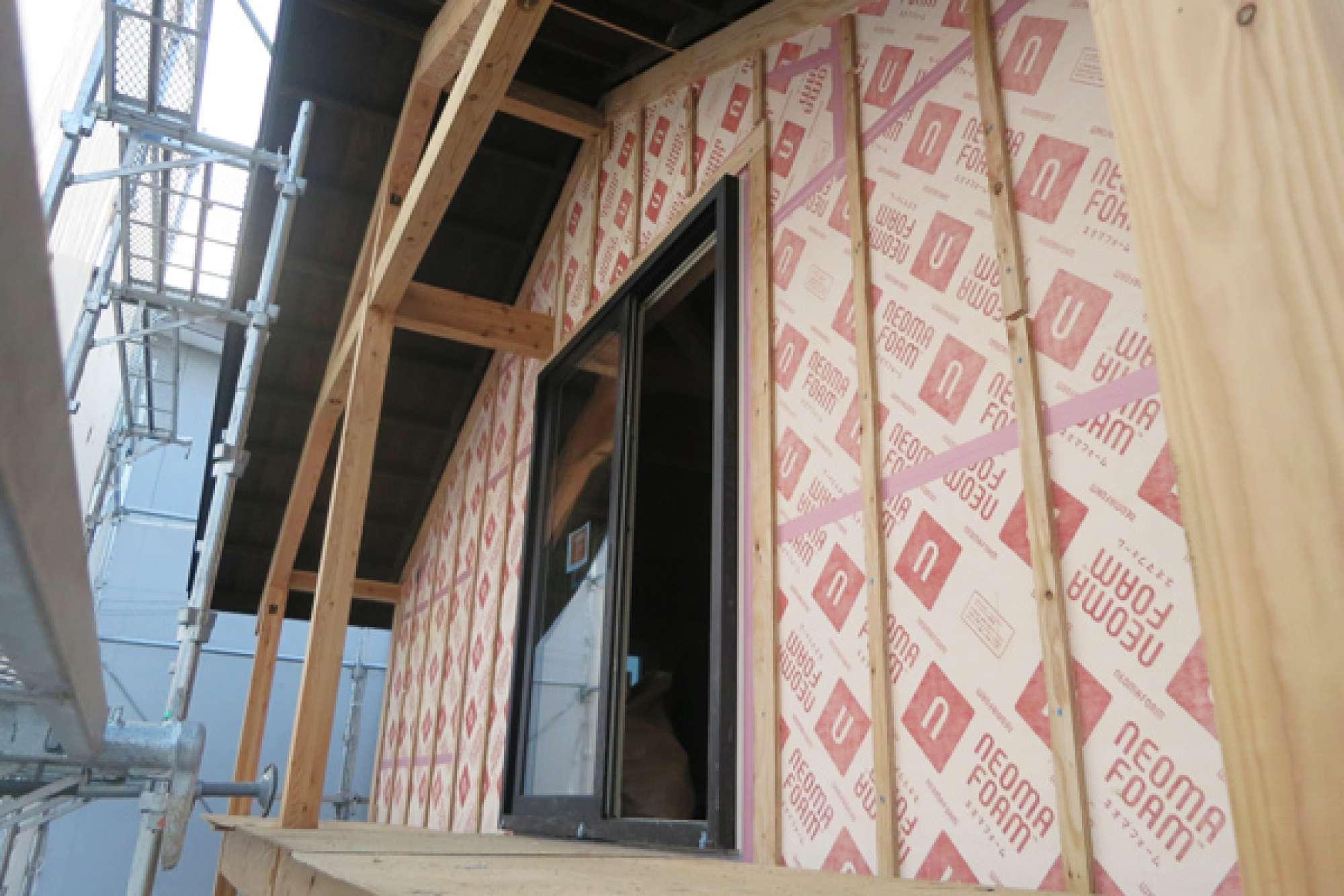 - ワープして2021年。ネオマフォーム+サイディングによる外壁。今の外壁は、断熱材やサイディング、合板やタイベックなど何重にも重ねてつくっています。「どうしたら快適になるだろう」と、それぞれの時代に、ひとびとの工夫が感じられますね。 -  -
