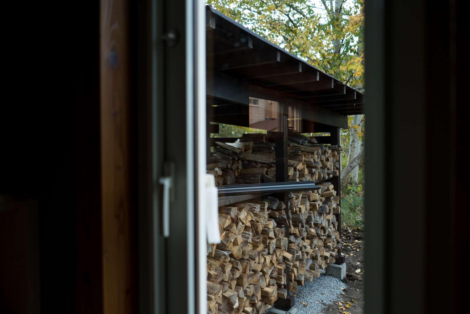 - 家にいながら森を感じられる、薪小屋も魅力! -  -