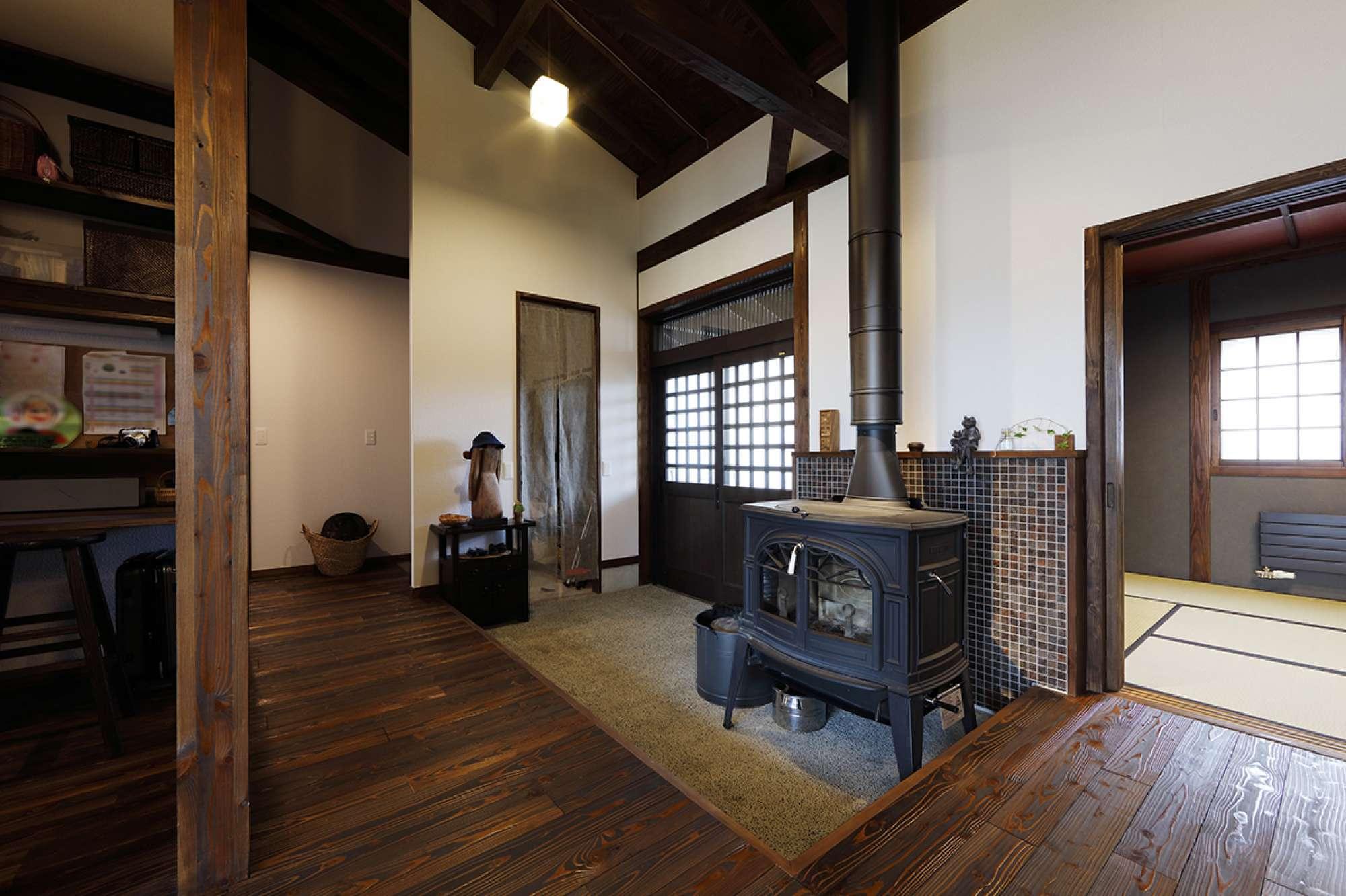 - 玄関土間に設置した薪ストーブ。どんなに外が寒くても、帰宅すると炎が迎えてくれるのっていいですね。 -  -
