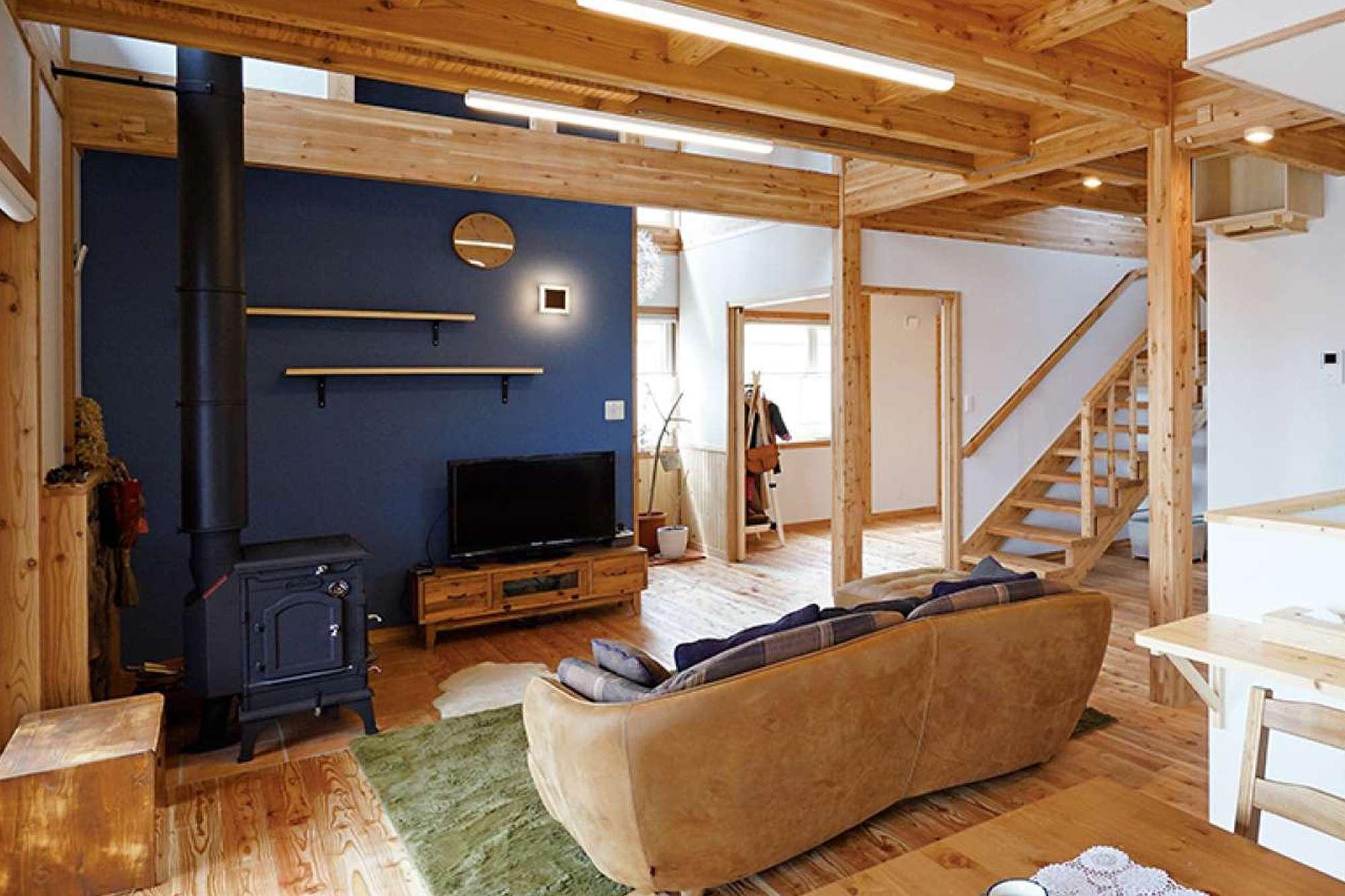 - ヴィンテージ家具にネイビーの壁、ダイナミックな梁。レトロでいてモダンなかっこよさがある薪ストーブスペース。 -  -