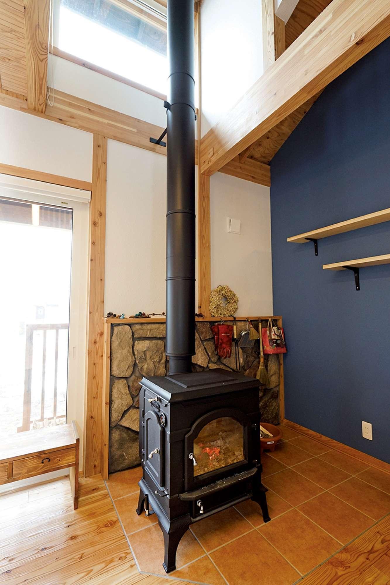 - 自然を感じる石壁も魅力。暖房を兼ねた薪ストーブなら、煮込み料理もガス代を気にせずじっくり火にかけられます。 -  -